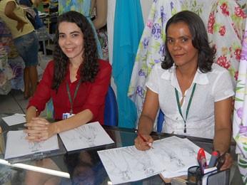 Desenhistas Edilene e Regina se viram como podem para atender aos pedidos dos foliões  (Foto: Priscila Miranda / G1)