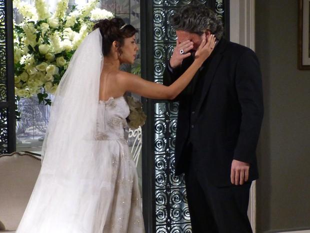 José Alfredo tenta contar que Eurico não vai casar, mas não consegue (Foto: Gshow)