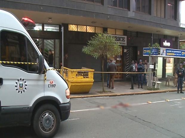 65780a72793 Assaltante trocou tiros com agentes da Guarda Municipal e Polícia Civil  (Foto  RBS TV