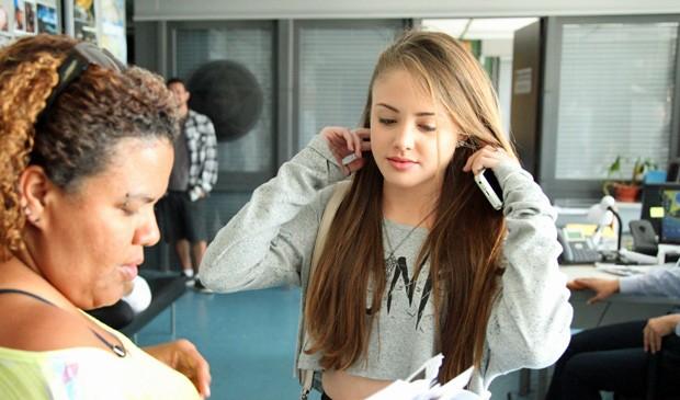 A atriz tem apenas 16 anos e conta que está solteira (Foto: Carol Caminha/ Gshow)