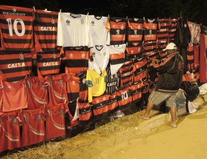 Cambista Flamengo x Campinense (Foto: Cahê Mota)