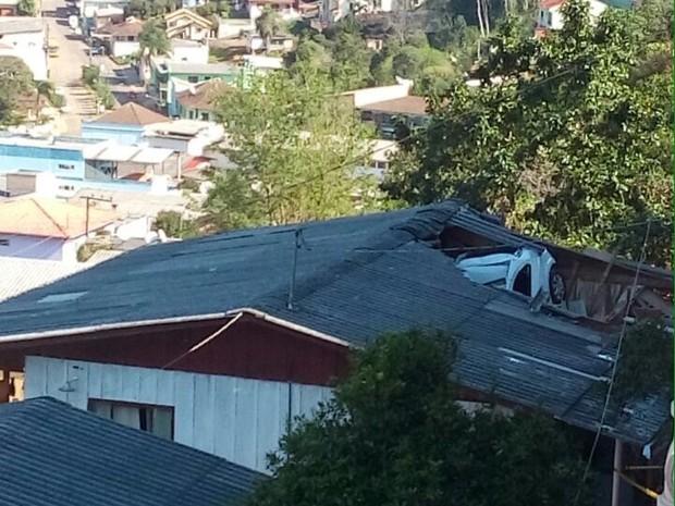 Motorista do carro também era dona da casa atingida (Foto: Polícia Militar/Divulgação)