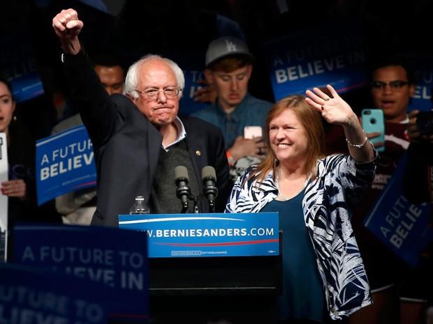 Ao lado de sua mulher, Jane, Bernie Sanders acena para eleitores em Louisville, Kentucky, após sua vitória nas primárias democratas de Indiana, na terça (3) (Foto: Reuters/Aaron P. Bernstein)
