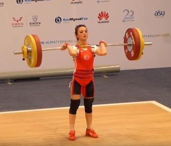 Sibel Ozkan atleta turca flagrada em doping - levantamento de peso (Foto: Reprodução / Youtube)