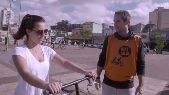 Caio Ribeiro ajuda a ensinar crianças e adultos a pedalar no 'Estrelas Solidárias'