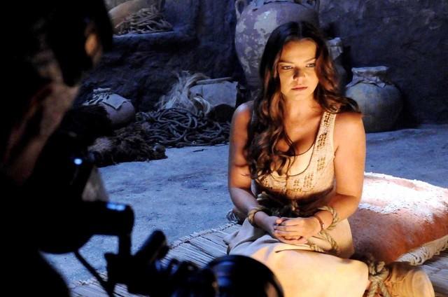 Milena Toscano grava uma cena como a Joana, de 'O rico e Lázaro' (Foto: Munir Chatack/ Record TV)