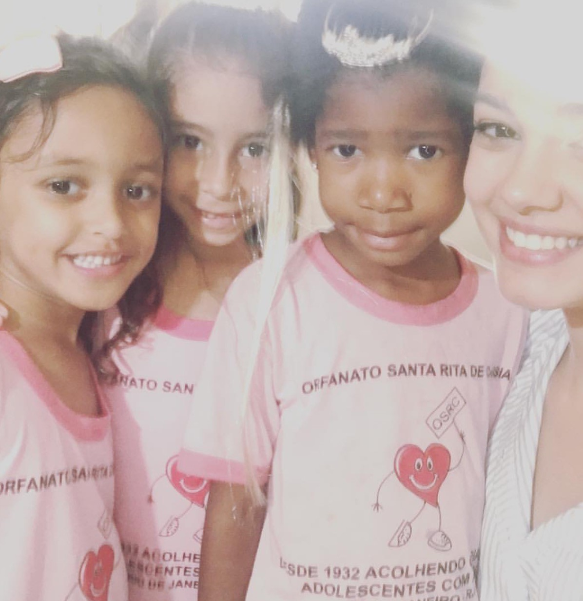Sophie Charlotte com crianças em orfanato (Foto: Reprodução/Instagram)