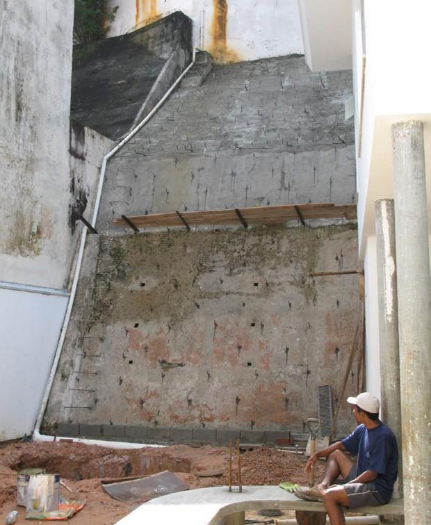 O primeiro passo foi impermeabilizar o paredão de 8 m de altura (Foto: Casa e Jardim)