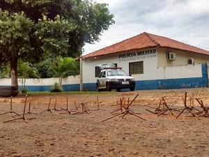 Pregos furaram pneus de viaturas da Polícia Militar (Foto: Bruno Axelson/ TV Morena)