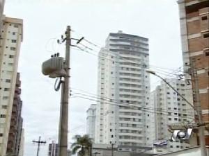 Cento e noves equipes da Celg trabalham para restaurar energia em Goiânia. (Foto: Reprodução/TV Anhanguera)