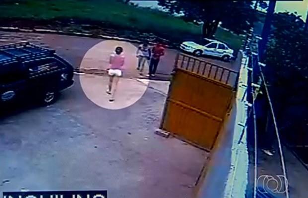 Câmeras mostram momento em que menor deixa a casa da família (Foto: Reprodução/TV Anhanguera)