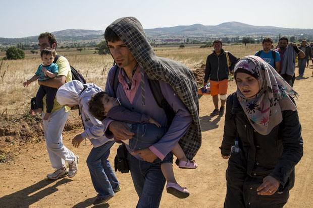 Refugiados atravessam a fronteira entre a Macedônia e a Sérvia na madrugada de 21 de agosto de 2015 (Foto: Marko Djurica/Reuters)