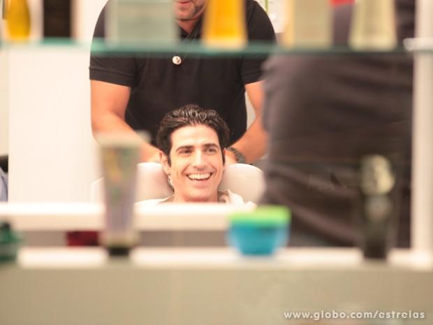 Reynaldo Gianecchini lavando os fios (Foto: TV Globo/Estrelas)