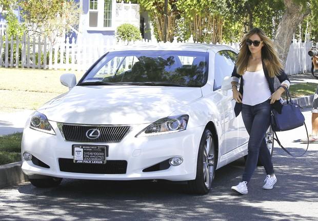 Christine Ouzonian com o Lexus IS Conversível branco (Foto: Grosby Group/Agência)