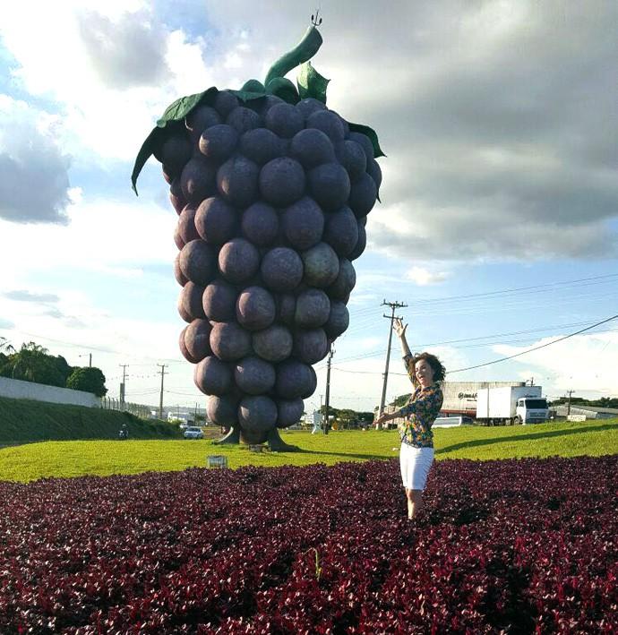 Michelly vai se divertir pelo Caminho da Uva em Marialva (Foto: Reprodução/ Plug)