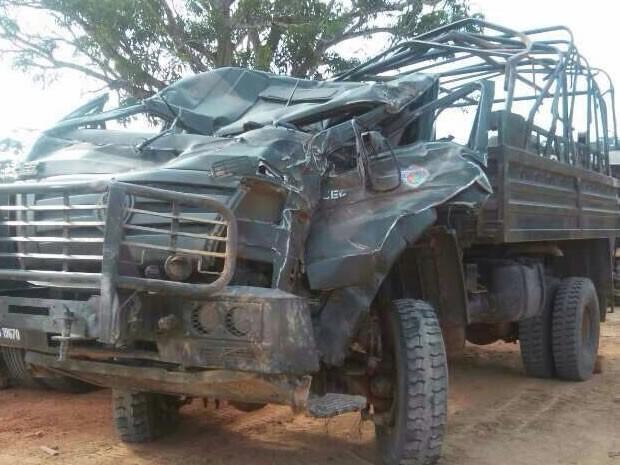 Após capotamento, caminhonete ficou destruída (Foto: Reprodução/TV Tapajós)
