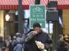 Richard Gere se veste de morador de rua em filmagem em Nova York