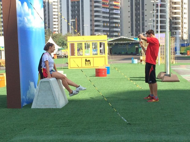Moradores tiram fotos em paineis de cartões postais do Rio (Foto: Cristina Boeckel/ G1)