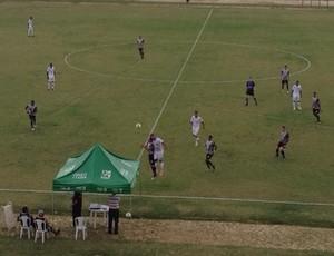 Jogadores disputam bola no meio do campo (Foto: Raquel Honorato/TV Rio Sul)