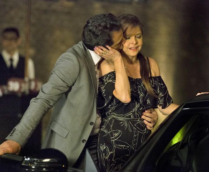 Alex levou Carolina para passar a noite com ele (Foto: Felipe Monteiro/ Gshow)
