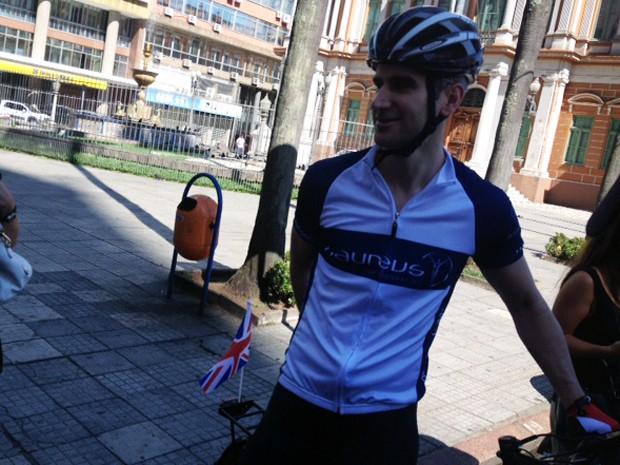Ciclista britânico Andy Smith fez um passeio por Porto Alegre neste domingo (Foto: Reprodução/RBS TV)