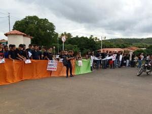 Em Salinas os estudantes protestam no estacionamento da instituição (Foto: Herbert Willian/Divulgação)