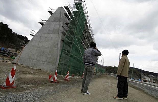 muralha é feita de cimento e formada por uma cadeia de paredes menores e blocos que facilitam a construção. (Foto: AP)