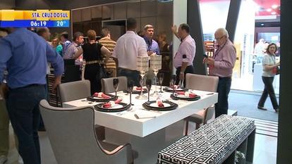 Feira exibe móveis e tem expectativa de 30 mil visitantes em Bento Gonçalves, RS