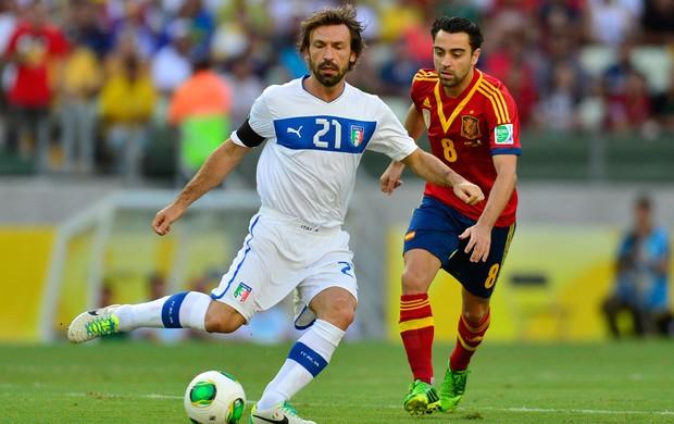 Pirlo e Xavi, Espanha x Itália (Foto: AFP)
