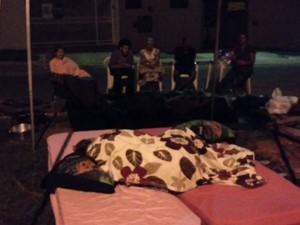 MOradores dormem na rua para evitar instalação de postes de energia em Goiânia (Foto: Divulgação/Diga não a rede de alta tensão)