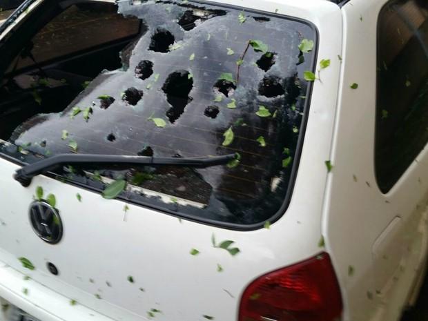 Granizo quebrou vidro de carro na tarde desta quinta (8) em Ipiranga (Foto: Rude Mainardes/Arquivo Pessoal)
