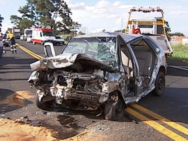 Em um dos acidentes, na BR-153, quatro pessoas morreram, dentre elas duas crianças (Foto: Reprodução / TV Tem)