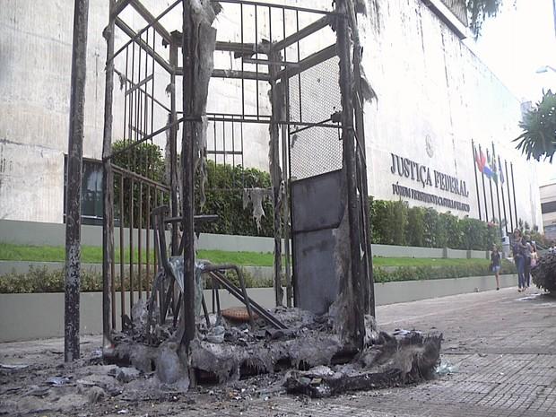 cabine da PM é incendiada na praça murilo borges (Foto: TV Verdes Mares/Reprodução)