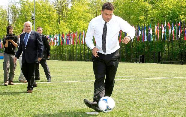 Ronaldo cobra penalti durante encontro da FIFA na Suíça (Foto: Reuters)