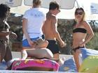 Kate Moss e Naomi Campbell curtem praia em Ibiza