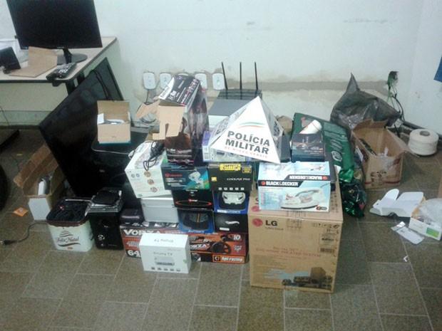 Diversos produtos foram apreendidos na casa dos suspeitos em Borda da Mata (Foto: Edson de Oliveira / EPTV)