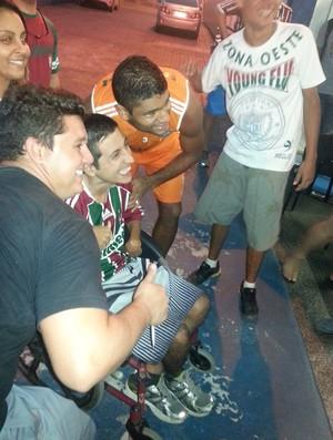 Gum tira foto com torcedor deficiente do Fluminense (Foto: Pedro Venâncio)