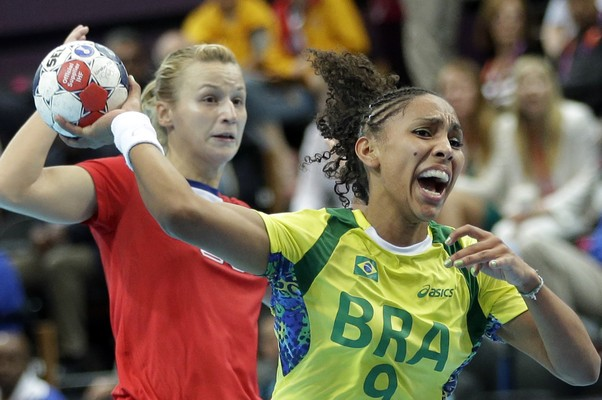 Ana Paula Rodrigues ataca enquanto é acompanhada pela russa Olga Chernoivanenko (Foto: AP Photo/Matthias Schrader)
