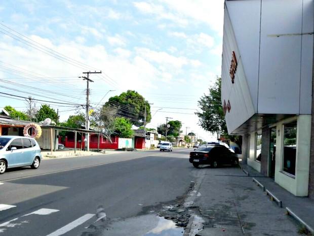 Pai e filho foram abordados por assaltante a chegar em panificadora na avenida Atroaris (Foto: Adneison Severiano/G1 AM)