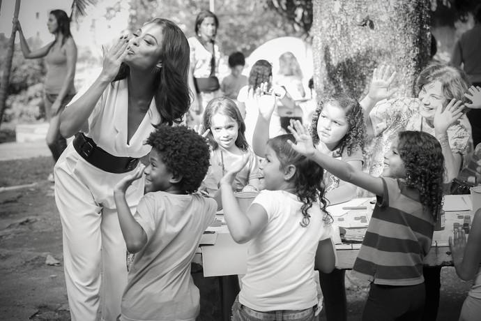 Juliana Paes manda beijinho para câmera (Foto: Gshow)
