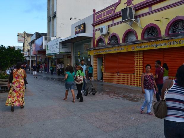 20 AL - Comerciantes do centro de Maceió fecham as portas antes da chegada dos manifestantes (Foto: Arquivo pessoal/Amarilio Monteiro)
