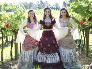 A rainha da festa Rafaelle Galiotto Furlan, e as princesas Laura Denardi Fritz e Patrícia Piccoli Zanrosso (Foto: Antonio Lorenzett/Divulgação)