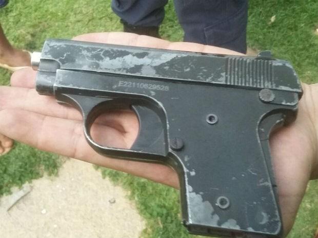 Pistola falsa encontrada na casa do senador Romário (PSB-RJ) após tentativa de roubo neste domingo (21) (Foto: Polícia Militar/Divulgação)