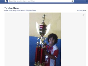 Menino Kayo, vítima de bala perdida em tiroteio no fórum de Bangu, em foto com o troféu do time infantil do Bangu (Foto: Reprodução/ Facebook)