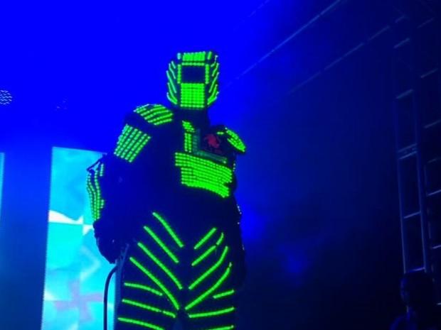 Show do DJ PV teve uma 'atração iluminada' (Foto: Reprodução/TV Anhanguera)