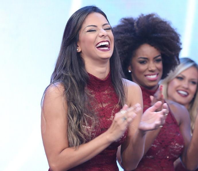 Tainá Grando não se aguenta de tanto rir (Foto: Carol Caminha / Gshow)
