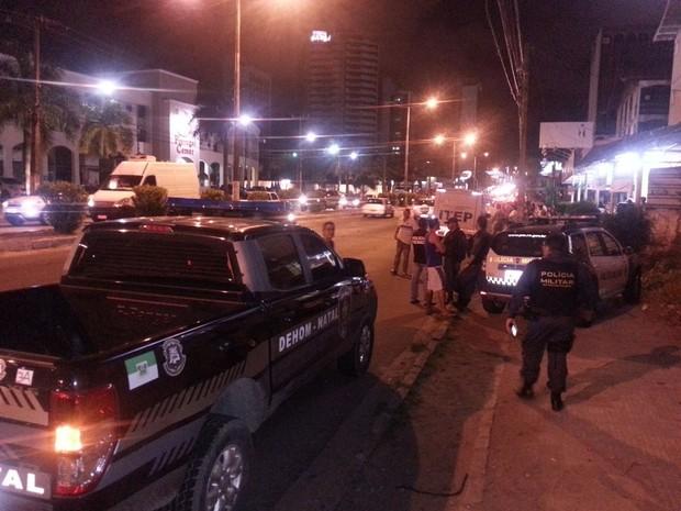 Morador de rua caiu morto em frente a um rodízio de pizza na Av. Senador Salgado Filho, na Zona Sul de Natal (Foto: Kléber Teixeira/Inter TV Cabugi)
