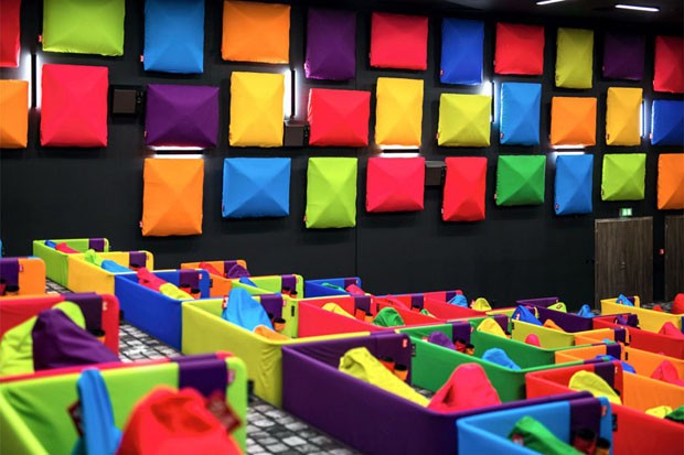Cinema na Eslováquia encanta pela explosão de cores (Foto: Reprodução)