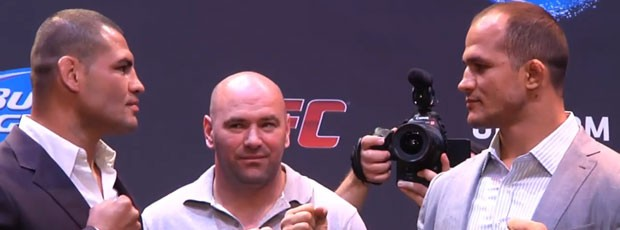 MMA FRAME UFC World Tour 2013 encarada Cain Velasquez x Junior Cigano (Foto: Reprodução)