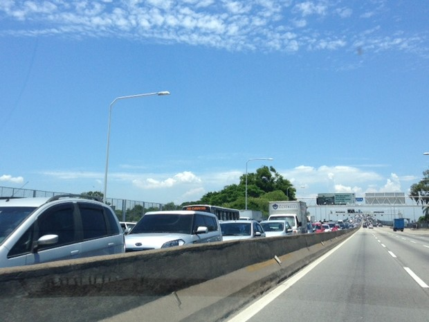 Ponte Rio-Niterói, em torno de 13h deste sábado (26) (Foto: Káthia Mello / G1)